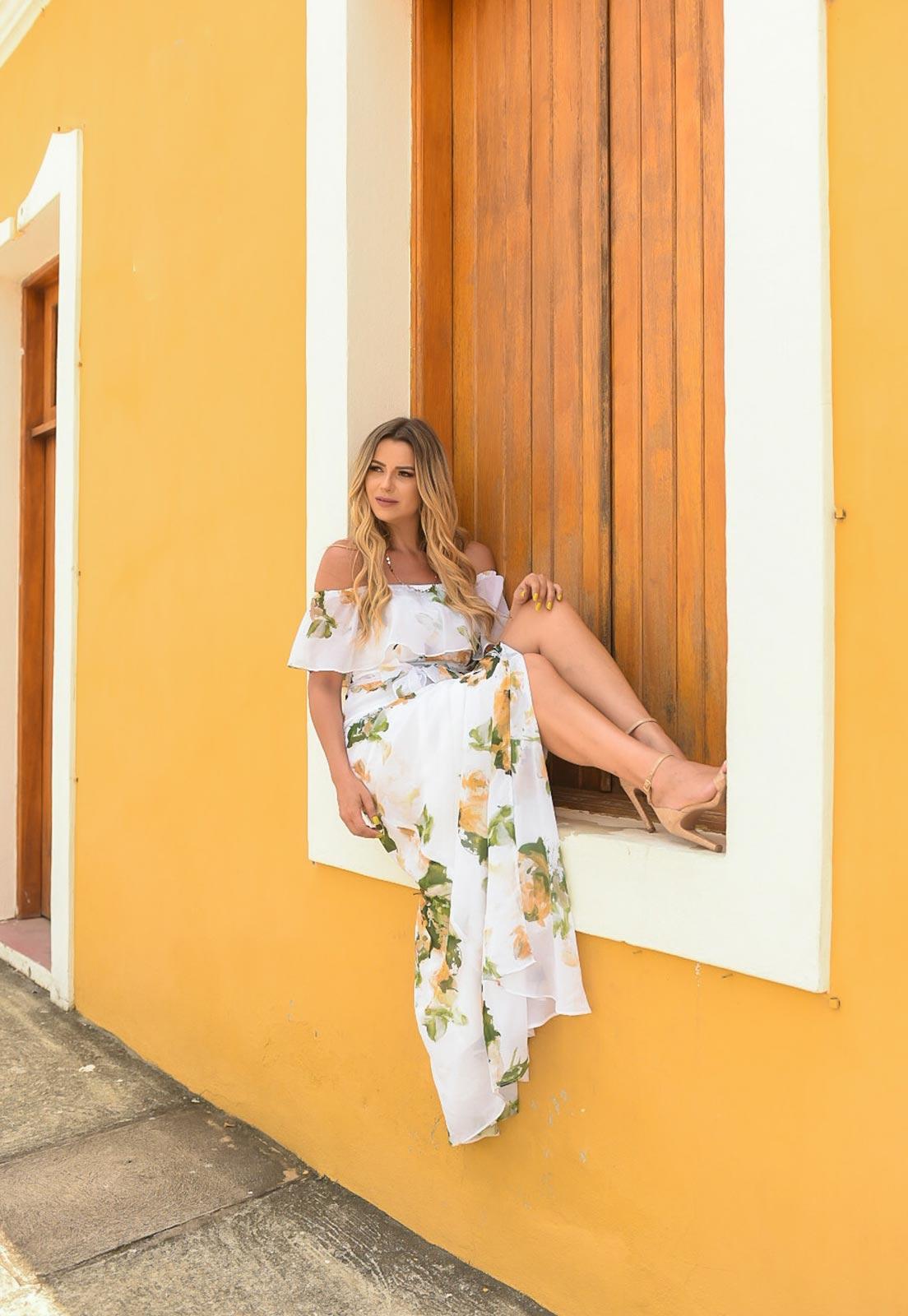 Lucila Aubin com vestido floral amarelo