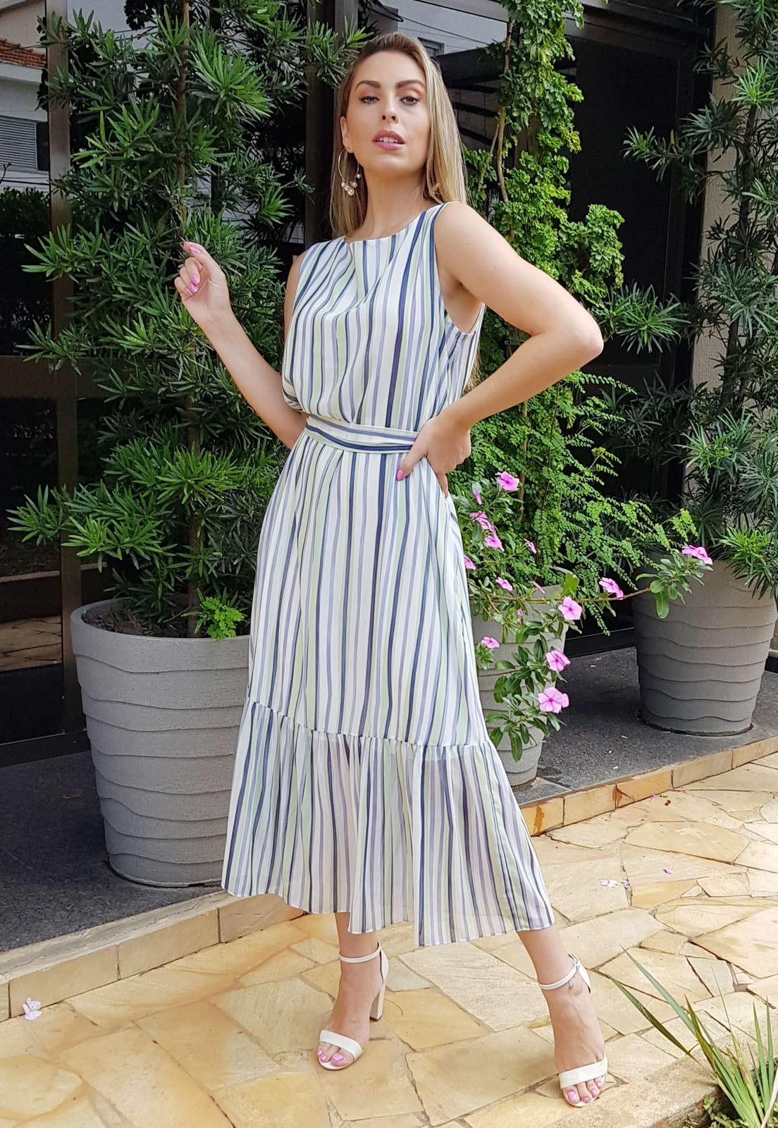 Samia Acras com vestido midi listrado