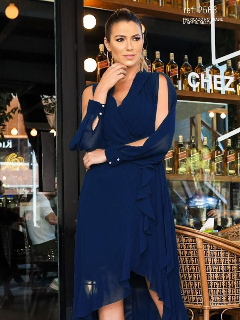 Lucila Aubin com vestido mullet azul marinho
