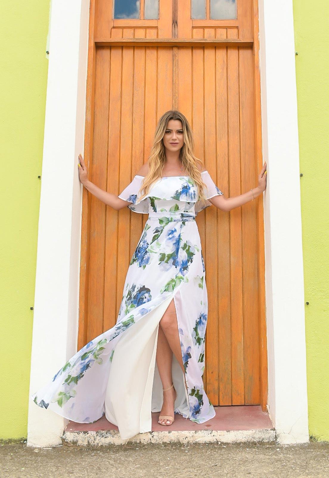Lucila Aubin com vestido floral azul