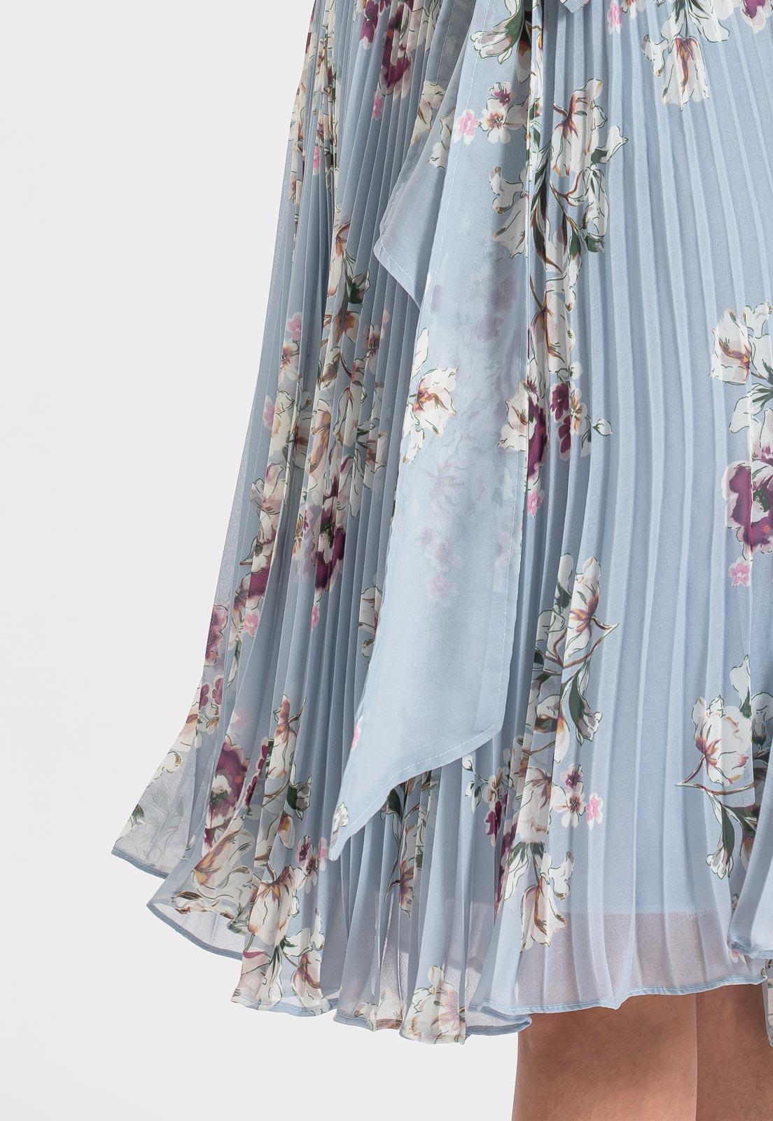 vestido plissado na saia