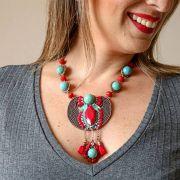 Colar com pedras naturais turquesa e vermelho