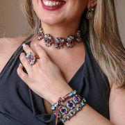 Gargantilha choker, conjunto anel e par de brincos com pedras azul e violeta