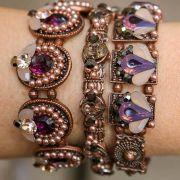 Mix de pulseiras com pedras violeta e nude