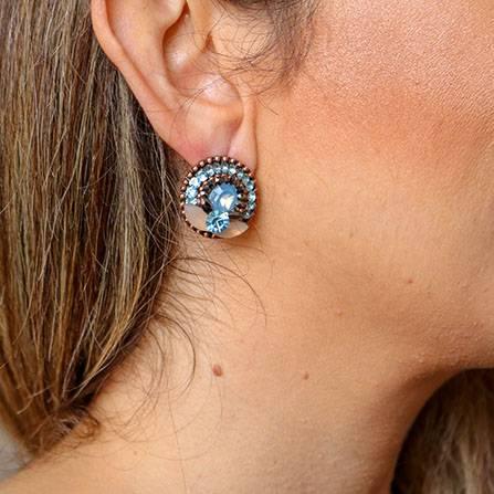 Brinco, maxi anel e mix de colares com choker com pedra e strass azul claro e champanhe