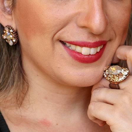 Conjunto anel e par de brincos com pedras naturais champanhe