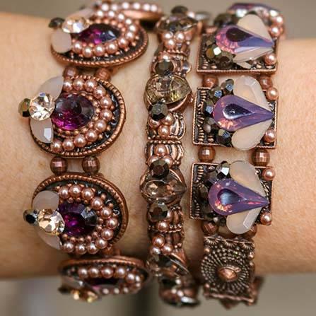 Maxi Brinco franjas e Mix de pulseiras com pedras violeta e nude