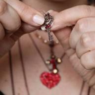 Mix de colares com choker boho chic vermelho rubi e brinco com strass