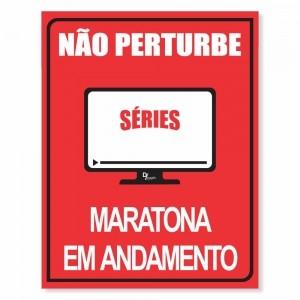 Placa Decorativa Não Perturbe Séries Maratona em Andamento