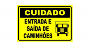 Placa PVC Cuidado Entrada e Saída de Caminhões Amarelo