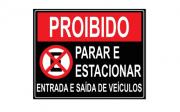 Placa PVC Proibido Parar Estacionar Saída de Veículos Preta