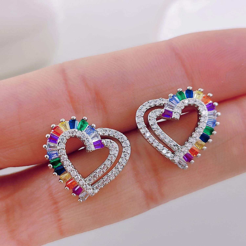 Brincos Coração Vazado com Pedras Coloridas