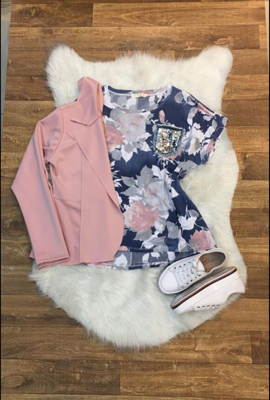 T-Shirt Estampada Plus Size com Bolso Paetê  - ModaStore