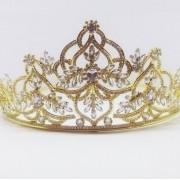 Coroa para Noivas, Banhada a Ouro 18k, Alta, toda trabalhada em Arabesco,  Cravejada de Zircônias de Múltiplas lapidações - Coroa Riesa Gold