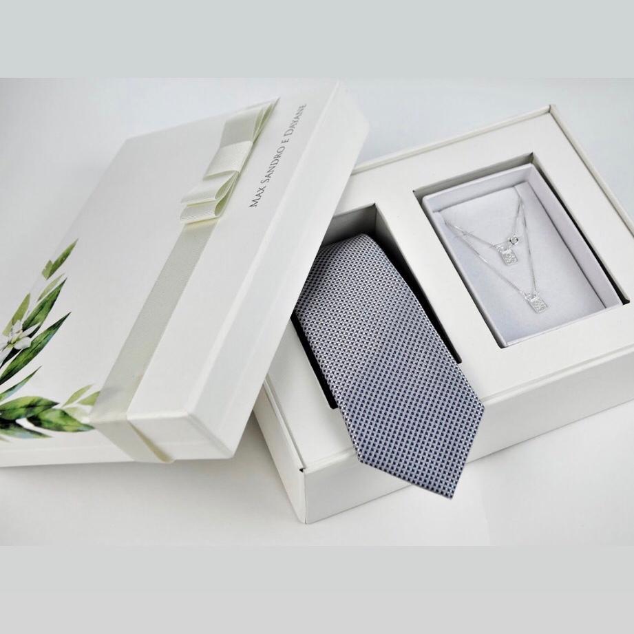 Kit Completo para Padrinhos, contendo, Box Personalizada, 1 Gravata Masculina  e 1 Escapulário Feminino de Prata
