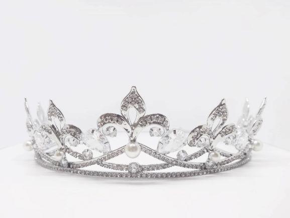 Coroa para Noivas, Clássica, Microcravação de Zircônias Nobres, com Pérolas e Banho de Ródio (Ouro Branco) - Coroa Stein
