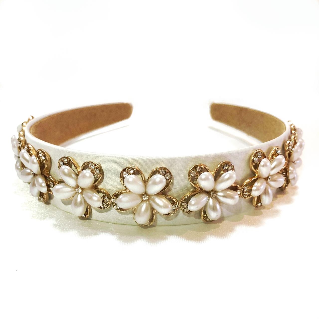 Tiara Artesanal para Noivas, de Tecido, com aplique de Flores em Pérolas em Metal Dourado.
