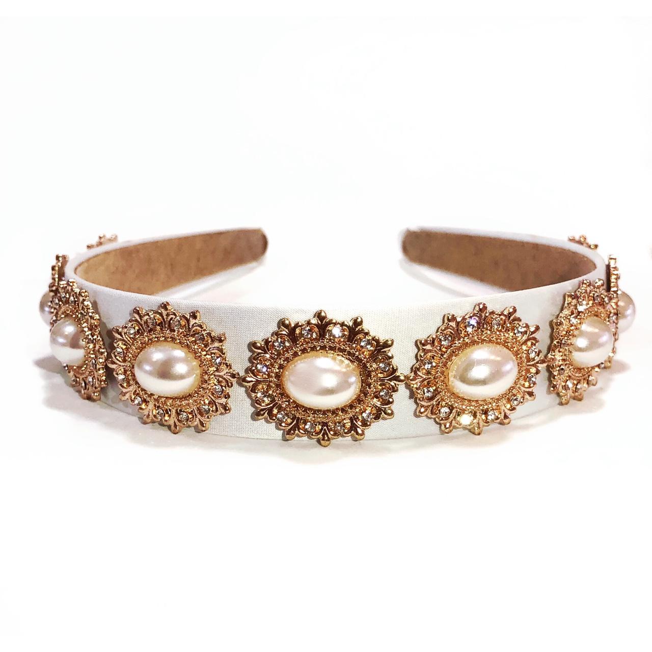 Tiara Artesanal para Noivas, de Tecido, com aplique de Maxi Pérolas em Metal Dourado.