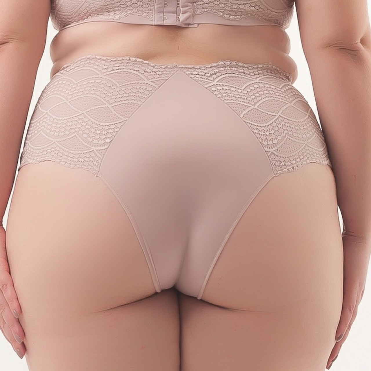 Calcinha tanga plus size com laterais rendada