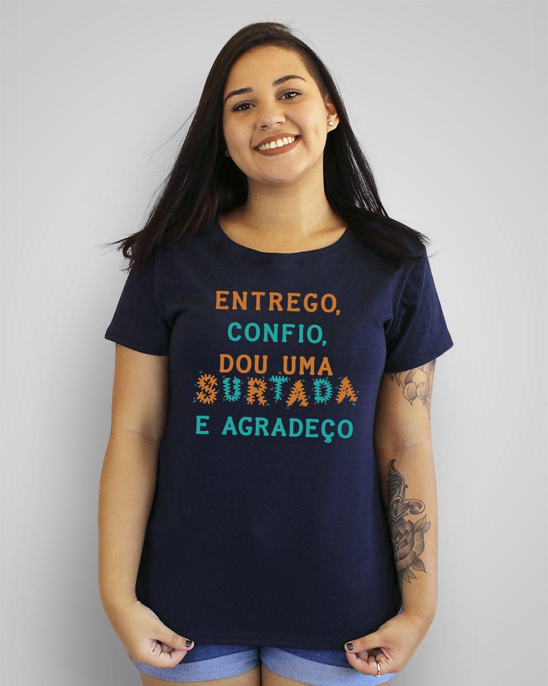 Camiseta Entrego, confio, dou uma surtada e agradeço