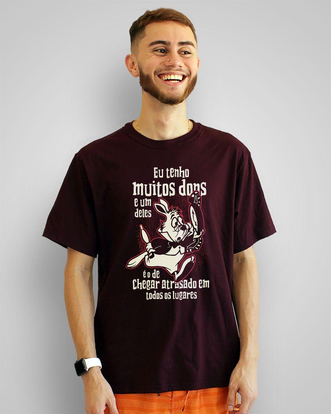 Camiseta Eu tenho muitos dons e um deles é o de chegar atrasado em todos os lugares