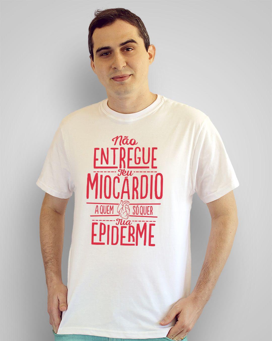 Camiseta Não entregue teu miocárdio a quem só que tua epiderme