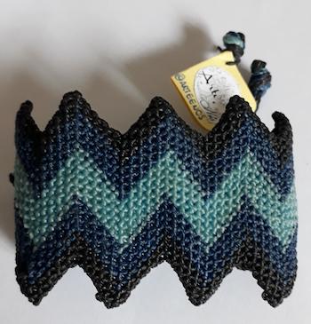 Bracelete em macramê azul