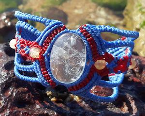 Bracelete em macramê com cristal de quartzo e esferas de citrino