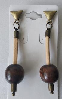 Brinco com base em couro e conta em madeira -MRebouças Guriri II