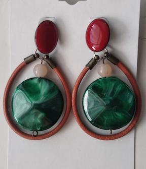 Brinco base esmaltada pendente em couro e resina verde MRebouças Ilha do Frade