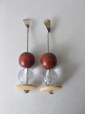 Brinco base metal contas em madeira e resina MRebouças Itaúnas I