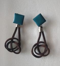 Brinco base esmaltada pendente em camurça - Setiba -MRebouças
