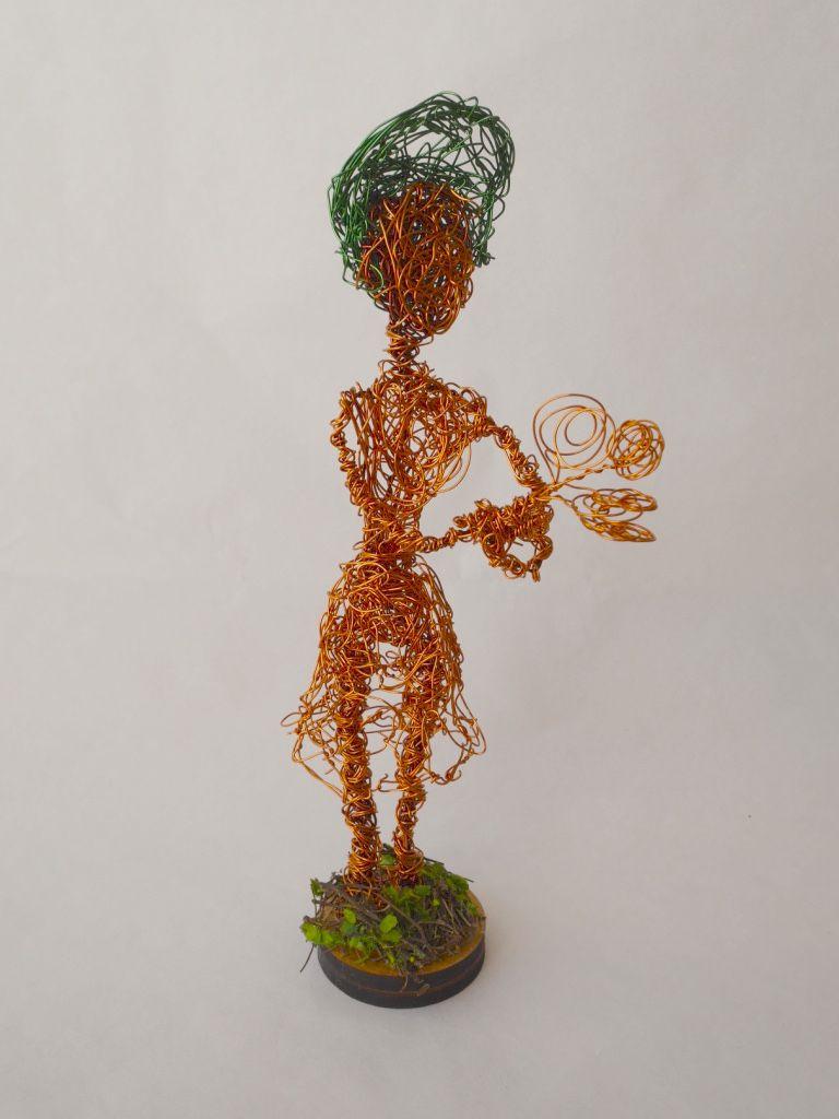 Escultura com Fio de Cobre Retorcido - Mulher com arranjo - Ateliê Tânia Monnerat