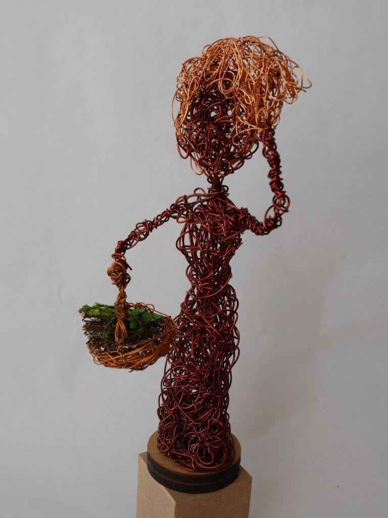 Escultura com Fio de Cobre Retorcido - Mulher com cesto - Ateliê Tânia Monnerat