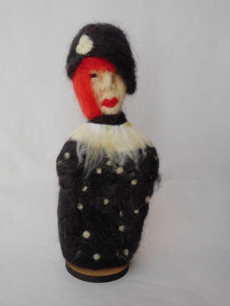 Escultura em feltragem - Moça com chapéu preto - Ateliê Tânia Monnerat