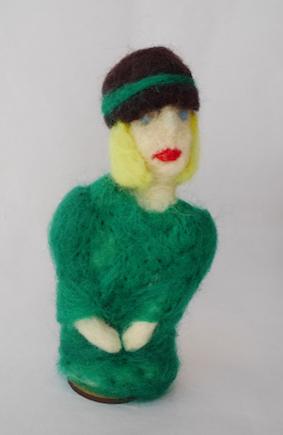 Escultura em Feltragem - Moça com chapéu preto/verde - Ateliê Tânia Monnerat