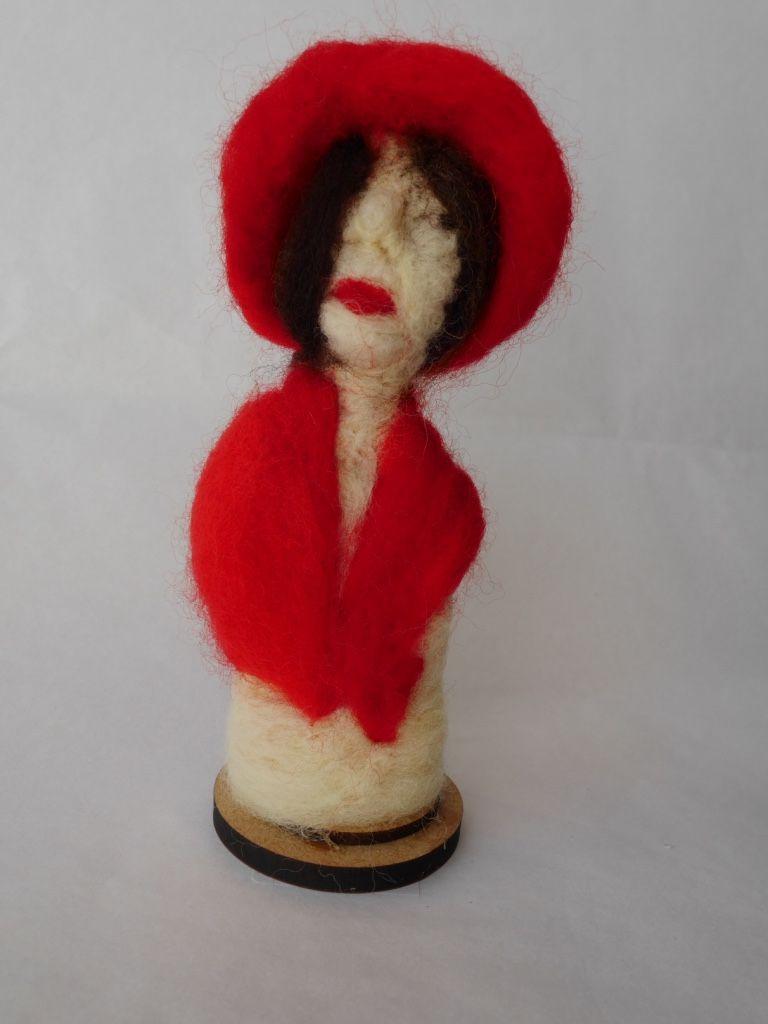 Escultura em Feltragem - Moça com chapéu vermelho - Ateliê Tânia Monnerat