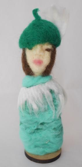 Escultura em Feltragem - Moça com chapéu verde - Ateliê Tânia Monnerat
