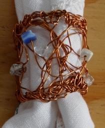 Porta-guardanapos fio de Cobre com pedras - Tânia Monnerat