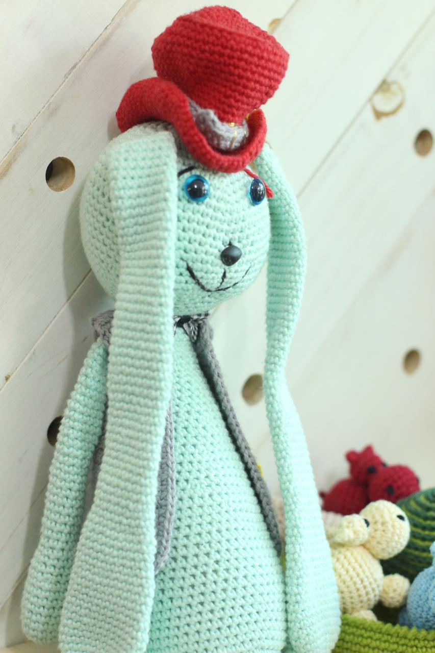 Sr. Coelhão - Amigurumi em linha de algodão verde água - Ateliê de Mimo