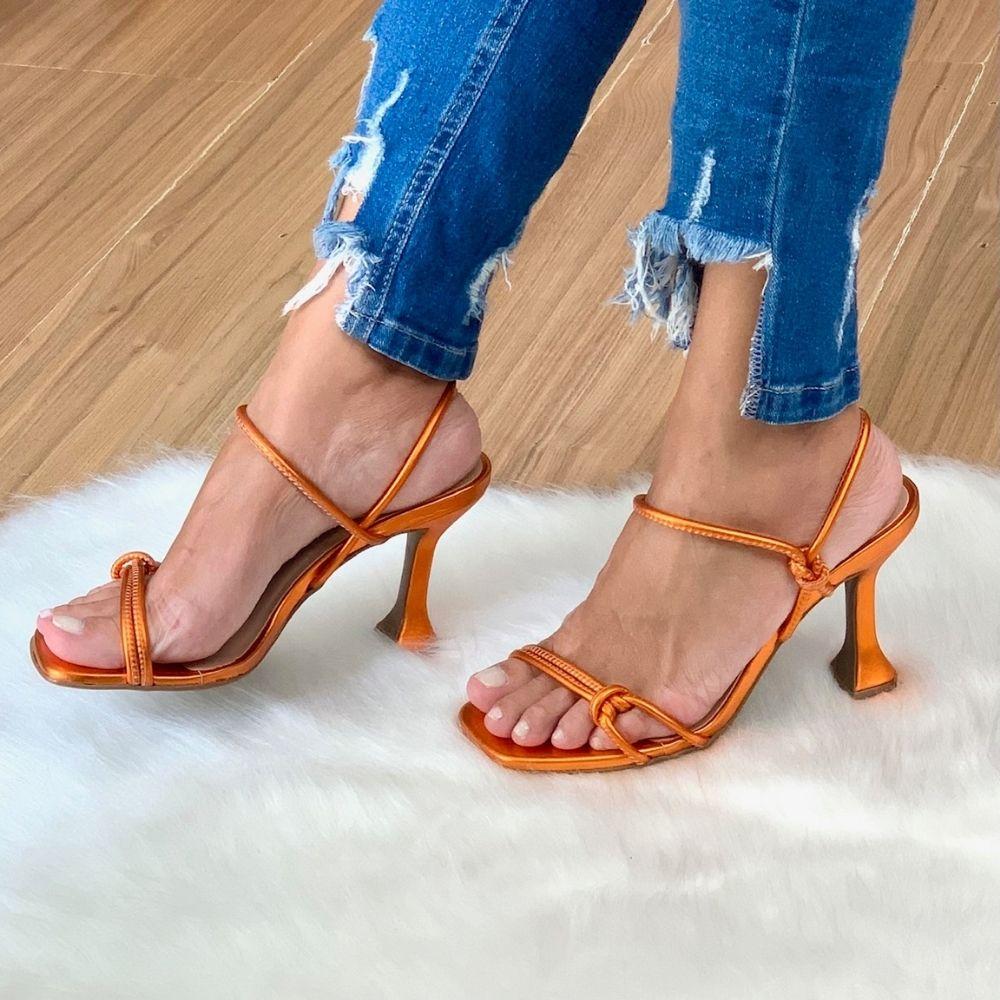 Sandália tiras minimalistas e nó salto taça
