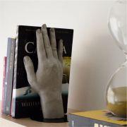 Suporte de Livros de Concreto em Formato de Mão