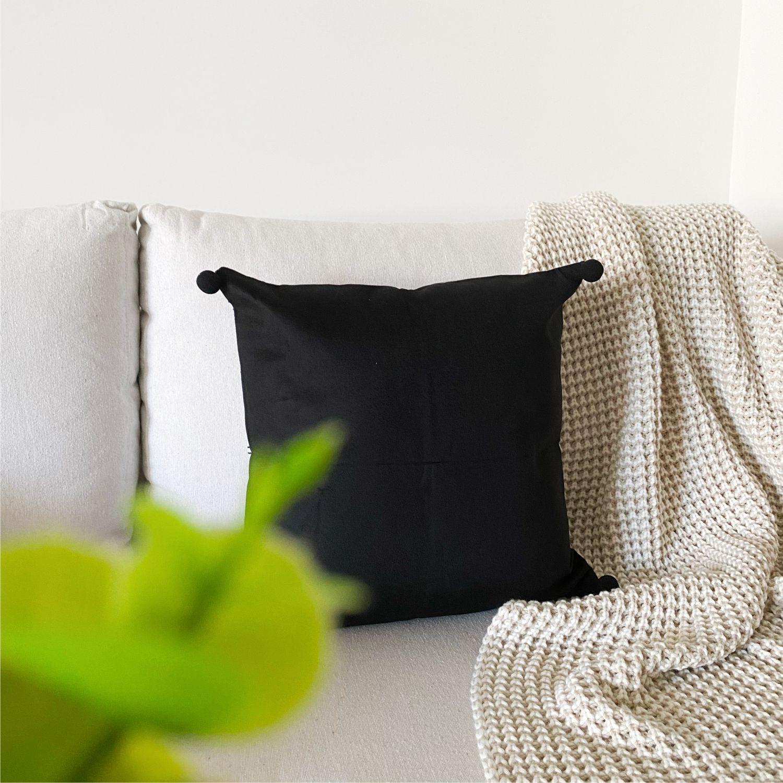 Almofada Decorativa Linhas Preto e Branco com Pompom