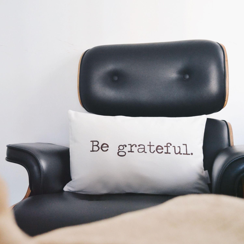 Almofada Retangular com Frase Be Grateful
