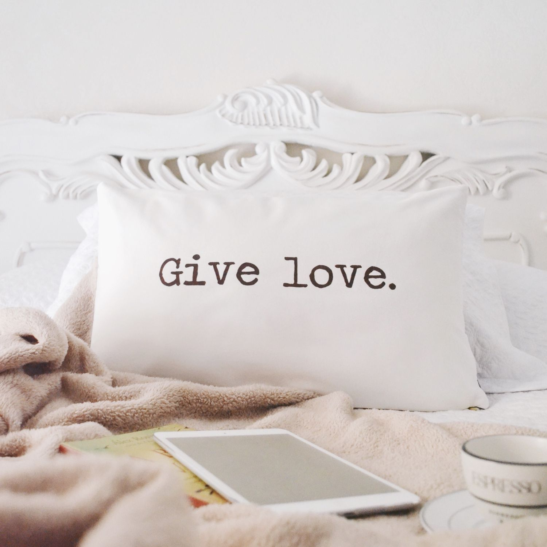 Almofada Retangular com Frase Give Love