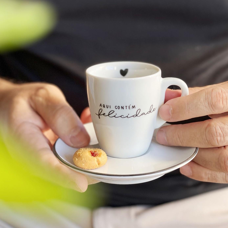 Kit com 4 Xícaras com Pires Aqui Contém Felicidade para Café 75ml