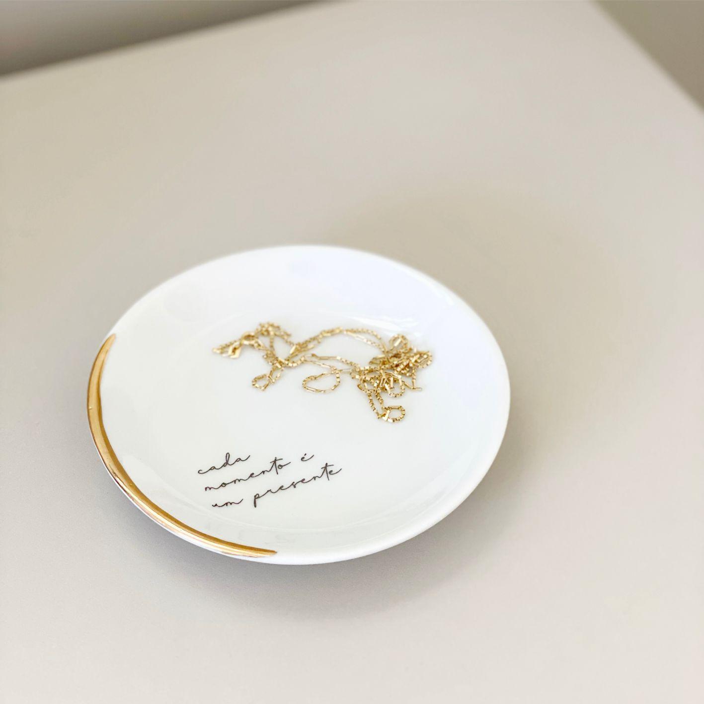Pratinho de Porcelana Cada Momento com Friso em Ouro