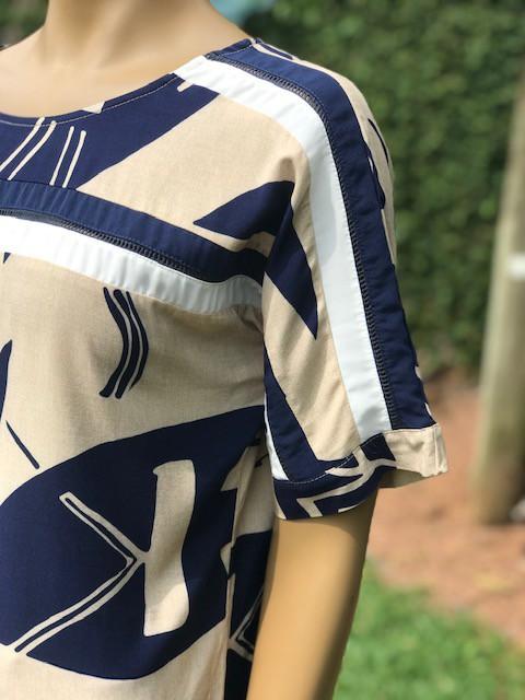Blusa Feminina Manga Curta Pistachio Estampa Azul e Bege Gola Redonda