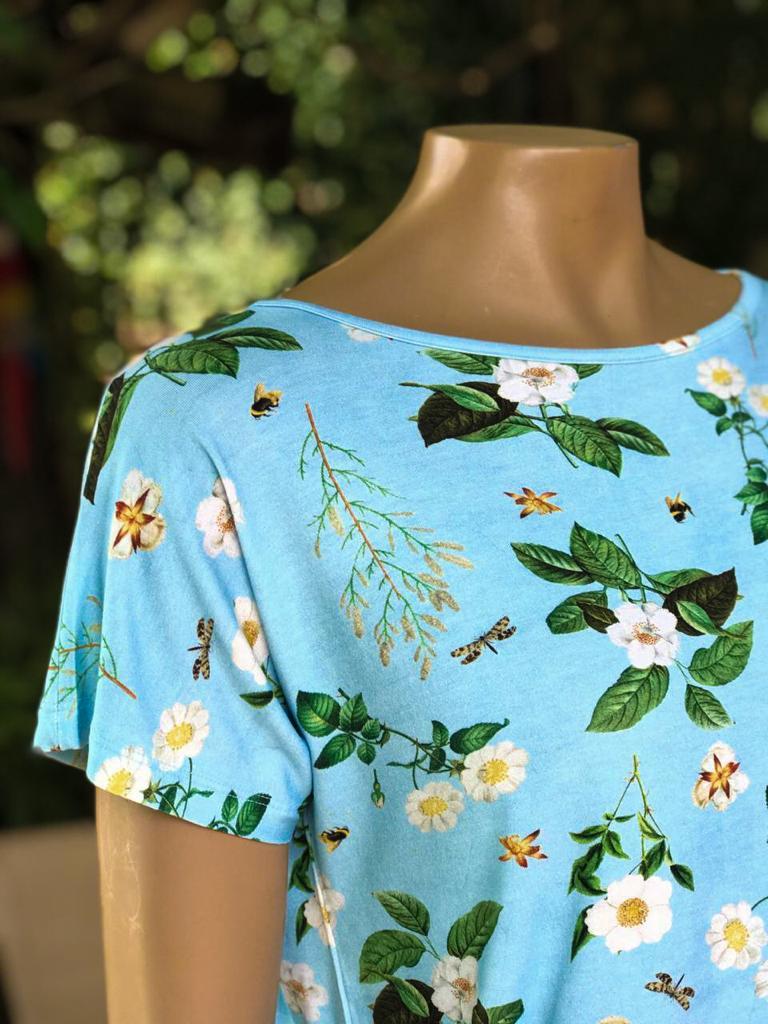 Blusa Feminina Manga Curta Mariantônia Gola Canoa Estampada Floral Azul Claro