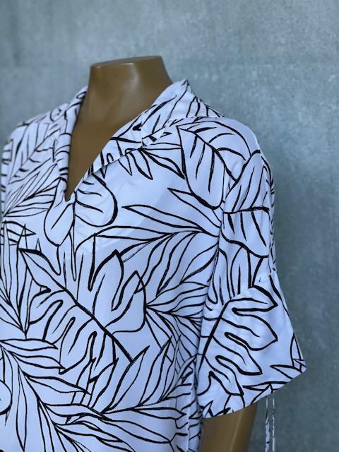 Blusa Feminina Meia Manga Gola V Estampa Branca com Folhas Pretas
